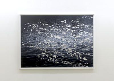 Geneviève Cadieux, Blue River, 2016, Impression sur papier chiffon rehaussée à la feuille d'aluminium, 58 x 83 pouces, Crédit Photo : Guy L'Heureux
