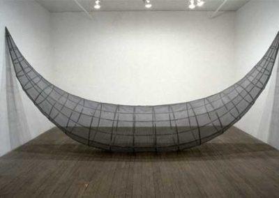 Sarah Stevenson, Sans titre (Swag), 1999, moustiquaire et plastique, 227 x 490 x 86 cm (Galerie René Blouin)