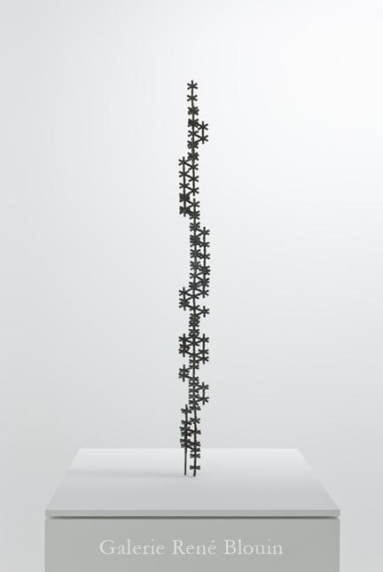 Patrick Coutu, LIGNE, 2011 bronze 95 x 9 x 9 cm / 37.4 x 3.5 x 3.5 pouces socle 83 x 61 x 61 cm / 32.5 x 24 x 24 pouces, 25 ans : Exposition de groupe, Vue de l'exposition (2011) Photo: Richard-Max Tremblay
