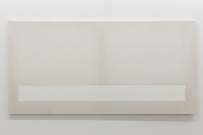 Chris Kline, Table 1, 2014 acrylique sur popeline, faux-cadre de bois, 91,4 x 182,8 cm / 36 x 72 pouces, Vue de l'exposition, Blancs Marie-Claire Blais | Geneviève Cadieux | Chris Kline28 juin au 20 septembre 2014, Crédit photo : Guy L'Heureux