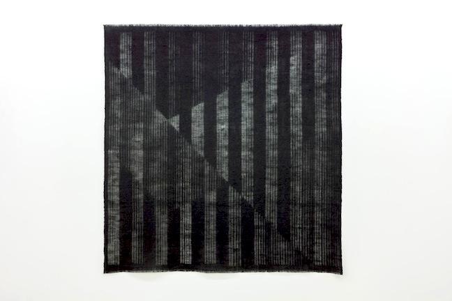 Entrevoir le jour_horizon 1, 2014, toile de jute teinte, 156 x 147 cm / 61 x 57 pouces, Marie-Claire Blais, Vue de l'exposition (2015) Photo: Richard-Max Tremblay