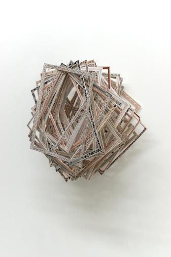 Ari Bayuaji, The Good Memories, 2014 papier, cuivre, 33 x 33 x 13,9 cm / 13 x 13 x 5.5. pouces, (détail), Vue de l'exposition : Ari Bayuaji et Serge Murphy, (2014) Photo: Guy L'Heureux