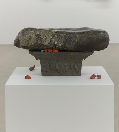 Ari Bayuaji, Nature Morte 2014, pierre, gravier, acrylique, 109,2 x 50,8 x 40,6 cm / 43 x 20 x 16 pouces, Vue de l'exposition : Ari Bayuaji et Serge Murphy, (2014) Photo: Guy L'Heureux