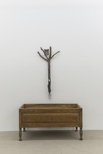 Ari Bayuaji, Pour l'amour de l'or noir, 2014 bois plâtre hydrostone, métal, 218,4 x 142,2 x 77,4 cm / 86 x 56 x 30.5 pouces, Vue de l'exposition : Ari Bayuaji et Serge Murphy, (2014) Photo: Guy L'Heureux