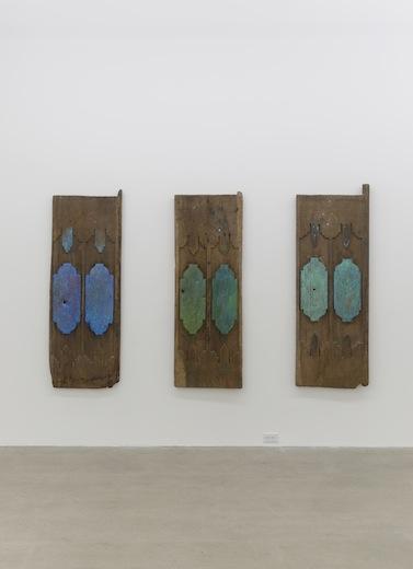 Ari Bayuaji, Open Heart #3, #1, #2 2014, médiums mixtes sur bois, chaque élément : 157,4 x 55,8 x 5 cm ( 62 x 22 x 2 pouces )