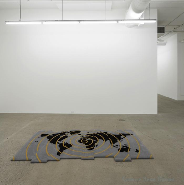 Shift, 2012, édition : 1/6, laine, 120 x 150 x 260 cm / 47.25 x 59 x 102 pouces, Vue de l'exposition : Mona Hatoum SALLES 1 ET 2 27 septembre au 8 novembre 2014, Photo: Guy L'Heureux
