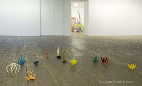 Sarah Stevenson, Garden (2007) plastique moulé 90 éléments, dimensions de 10,2 x 12,7 x 6,3 cm à 8,3 x 8,3 x 7,9 cm, 24 novembre 2007 - 12 janvier 2007