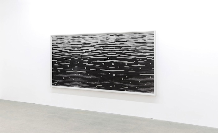Flow (négatif), 2015 pièce unique, impression au jet d'encre pigmentée sur papier baryté Hahnemühle, feuilles d'aluminium 156,2 x 321,3 cm / 61.5 x 126.5 pouces, Geneviève Cadieux, Vue de l'exposition (2015) Photo: Guy L'Heureux