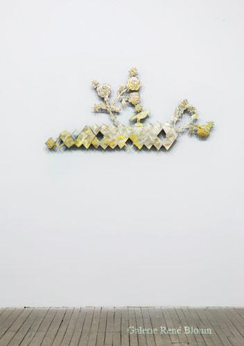 K I K I  S M I T H Lovely Bird, 2007 bronze et feuille d'or 66,7 x 133,4 x 5,1 cm / 26.25 x 52.5 x 2 pouces, Vue de l'exposition (2009)   Photo: Frédéric Bouchard