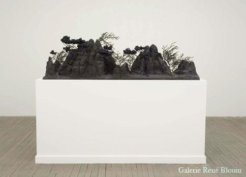 Patrick Coutu Vent soudain, vue d'installation, 2006-2007 bronze 53,3 x 166,4 x 61 cm / 21 x 65,5 x 24 pouces, Jardins, 1er volet, Vue de l'exposition (2009) Photo: Richard-Max Tremblay
