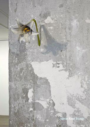 One Hundred Encounters, 2001 bois peint dimensions variables selon le lieu, Yoshihiro Suda, Vue de l'exposition (2009)   Photo: Richard-Max Tremblay