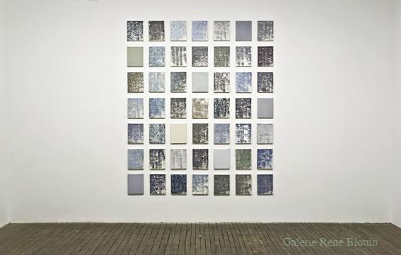 Sans titre (Gris), 2005-2008 huile sur toile 49 éléments, chacun 25,4 x 20,3 cm l'ensemble : 215,9 x 180,3 cm, Pierre Dorion: Abstractions, Vue de l'exposition (2010) Photo: Richard-Max Tremblay