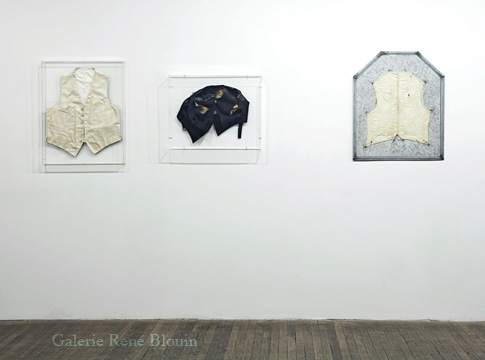 (1) White Vest (1973-1974)  tissus, gesso, peinture  71,4 x 54,9 cm  (2) Collapsed Vest (1973-74)  Mixed media  50,8 x 63,5 x 10,8 cm (3) Vest (lining) (1973)  tôle et tissus  74,2 x 60,9 cm, Betty Goodwin, Vue de l'exposition (2009) Photo: Richard-Max Tremblay