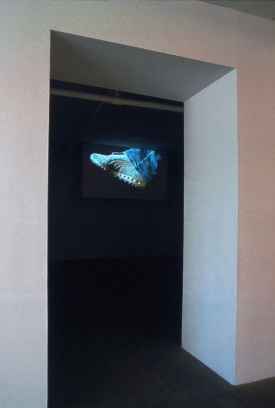 Pascal Grandmaison, Running, 2003 vidéo couleur, DVD en boucle: 60 min projection sur une structure de 129,6 x225,4 x 22,9 cm, 30 août - 4 octobre 2003