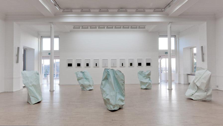 Pascal Grandmaison, Desperate island 1, 2010, plâtre hydrostone, fibre de verre et papier de fond de studio photographique, dimensions variables