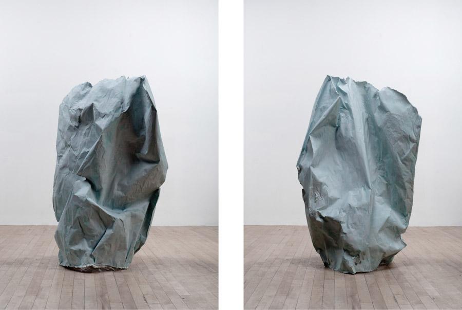 Pascal Grandmaison, Desperate island 6, 2010, plâtre hydrostone, fibre de verre et papier de fond de studio photographique, dimensions variables