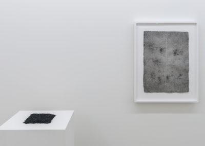 Simon Bertrand, John, 2015-2016, Graphite sur papier de lin, 71 x 52 cm / 28 x 20 pouces  et Les restes, 2015-2016, Graphite et rognures d'effaces, dimensions variables