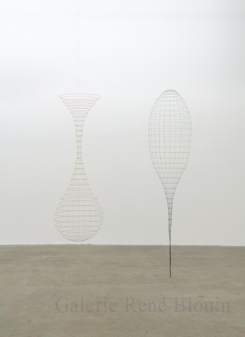 Sarah Stevenson, 2 Vessels, 2015, fil et fil métallique, 19,5 x 19,5 x 58,5 pouces / 18 x 18 x 58 pouces