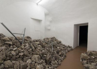 Mathieu Grenier et Jean-Philippe Lockhurst, UNTITLED (M.U.R.), 2017,Roches provenant du mont Barret (massif du Vercors, France) et montants en métal, Centre d'art La Halle, Pont-en-Royans