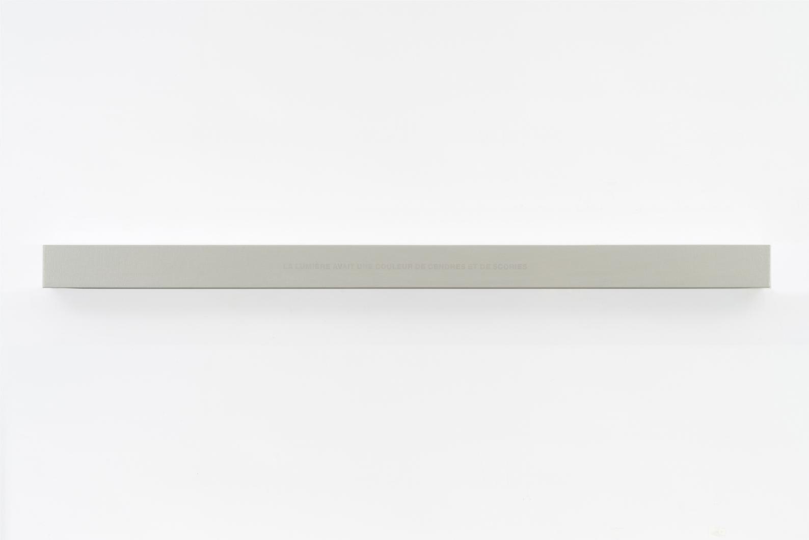 Francine Savard, Lumière couleur de cendres, 2018, Médiums mixtes sur toile marouflée sur caisson de bois, 10,16 × 177,8 × 10,16 cm / 4 x 70 x 4 pouces