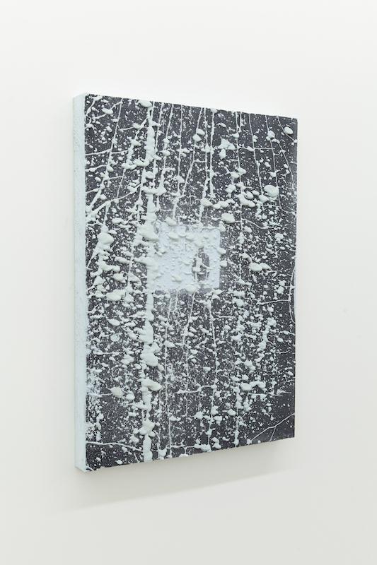 Nicolas Lachance, Le reformateur, 2018, ciment de gypse, bois et encre, moulage et sérigraphie, 81 x 56 cm / 31,8 x 22 pouces.
