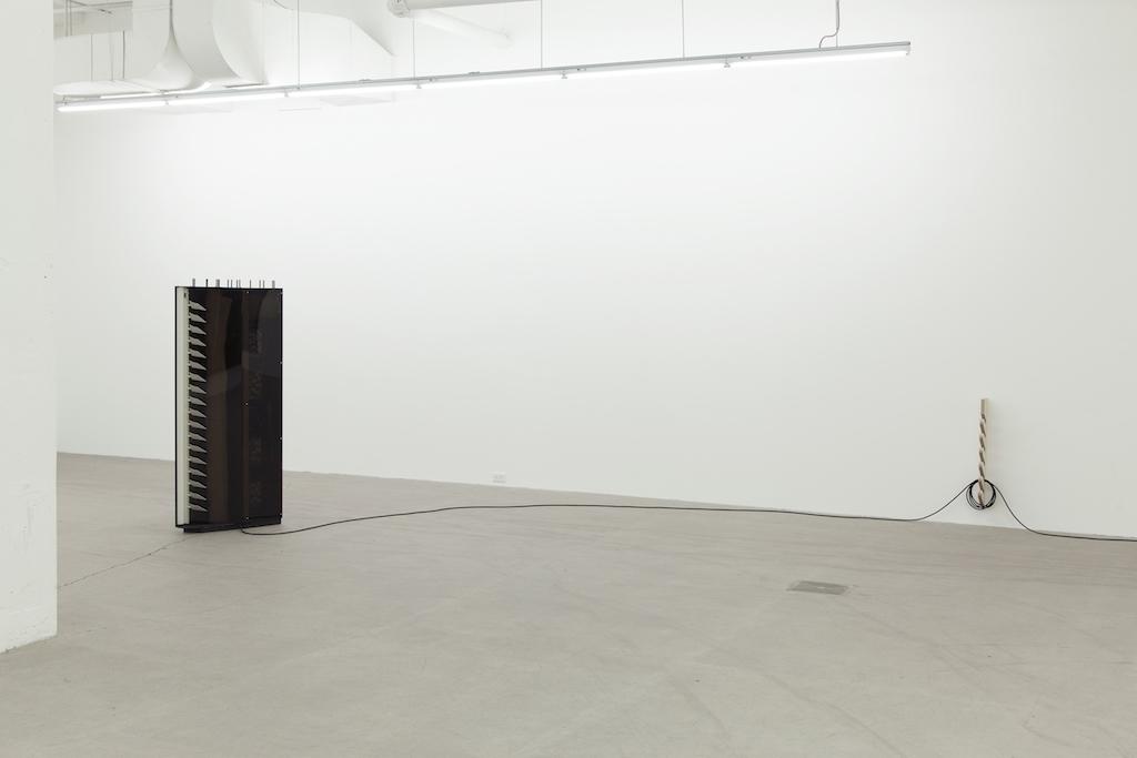 Simon Belleau, Untitled F, 2018, Acier, plexiglass, bois, serviettes de bain, moteur, fil de 30 mètres, étiquette, canevas, acrylique, 160 x 91,5 x 30,5 cm / 63 x 36 x 12 pouces.