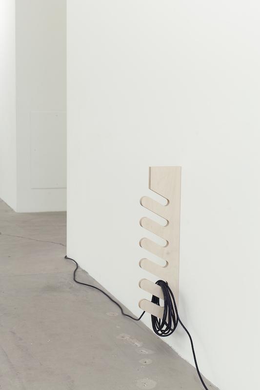 Simon Belleau, Untitled F (détail), 2018, Acier, plexiglass, bois, serviettes de bain, moteur, fil de 30 mètres, étiquette, canevas, acrylique, 160 x 91,5 x 30,5 cm / 63 x 36 x 12 pouces.