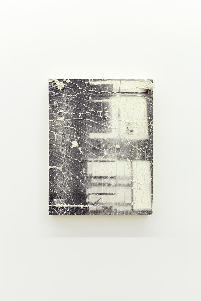 Nicolas Lachance, Montage-00, 2018, Ciment de gypse, encre, bois et fibre de verre, 55,8 x 41,9 cm / 22 x 16,5 pouces