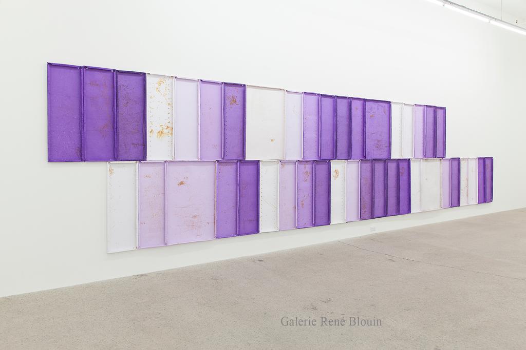 Nicolas Lachance, Summer Purple Log, 2018, Pulpe de papier, pigment, ruban de fibre de verre, rouille, poussière et aimants, 182,8 x 792 cm / 72 x 312 pouces. Crédit photo: Simon Belleau