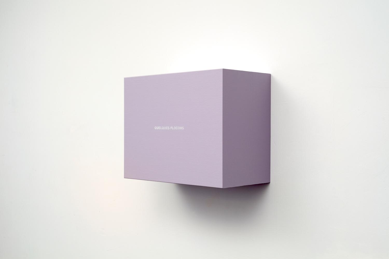 Francine Savard, Quelques flocons (Précipitations 4), 2013, Acrylique sur toile marouflée sur contreplaqué, 43,8 x 57,8 x 28,6 cm / 17,5 x 22,5 x 11 pouces