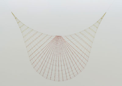 Sarah Stevenson. Smash, 2016, fil et fil métallique, dimensions variables.
