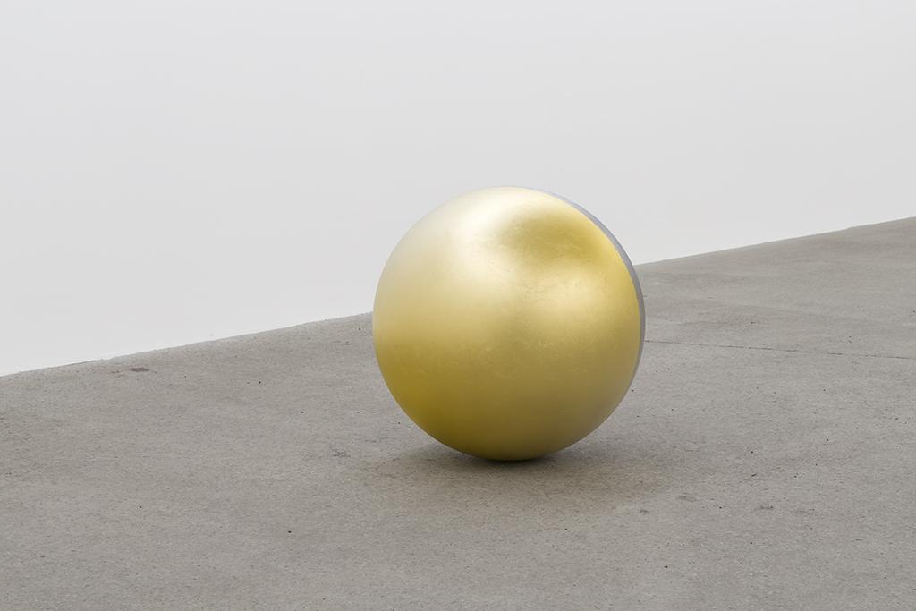 Geneviève Cadieux, Sans titre, 2018, acier inoxydable recouvert de feuille d'or et feuille de palladium, 26 po (diamètre)