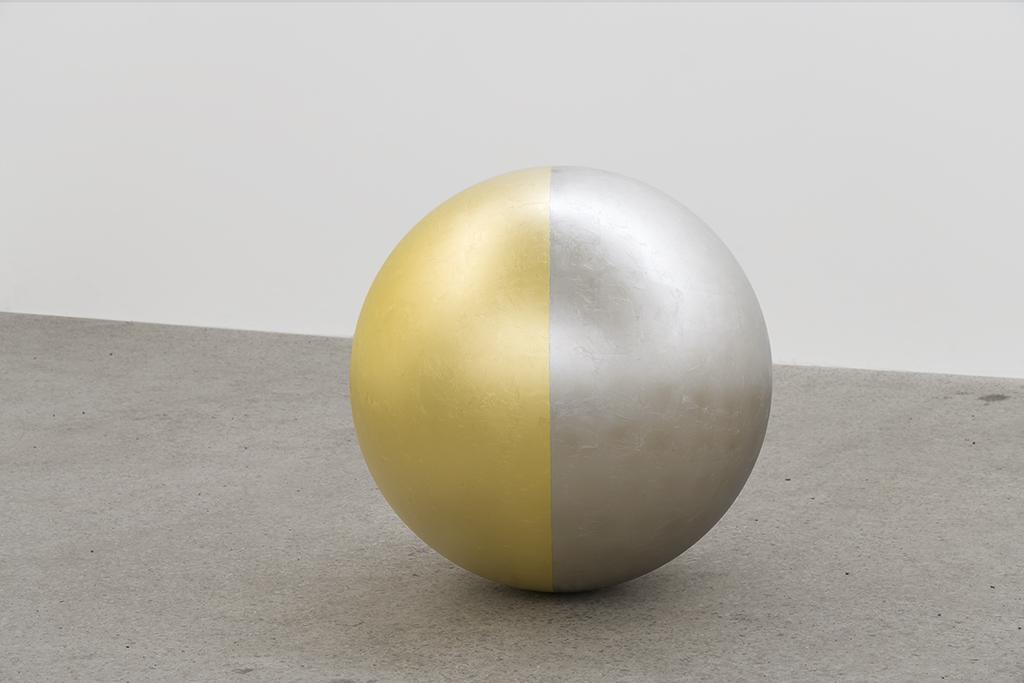 Geneviève Cadieux, Sans titre, 2018, acier inoxydable recouvert de feuille d'or et feuille de palladium, 26 pouces (diamètre)